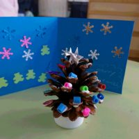 手作りカードと松ぼっくりツリー
